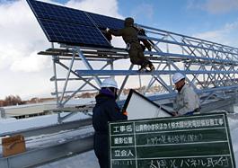太陽光モジュール設置中